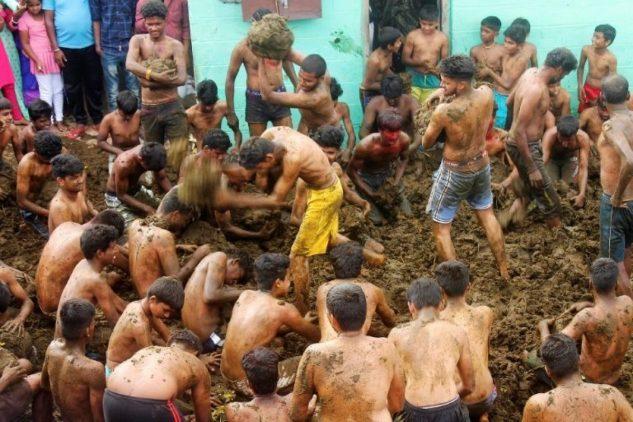 Hindular inek dışkılarını yüzlerine sürdü